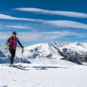 Skitourengeher beim ersten kurzen Anstieg auf der Nockberge-Trail Skidurchquerung