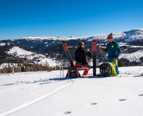 Skitourengeher bei einer Rast nähe Bonner Hütte auf der Nockberge-Trail Skidurchquerung