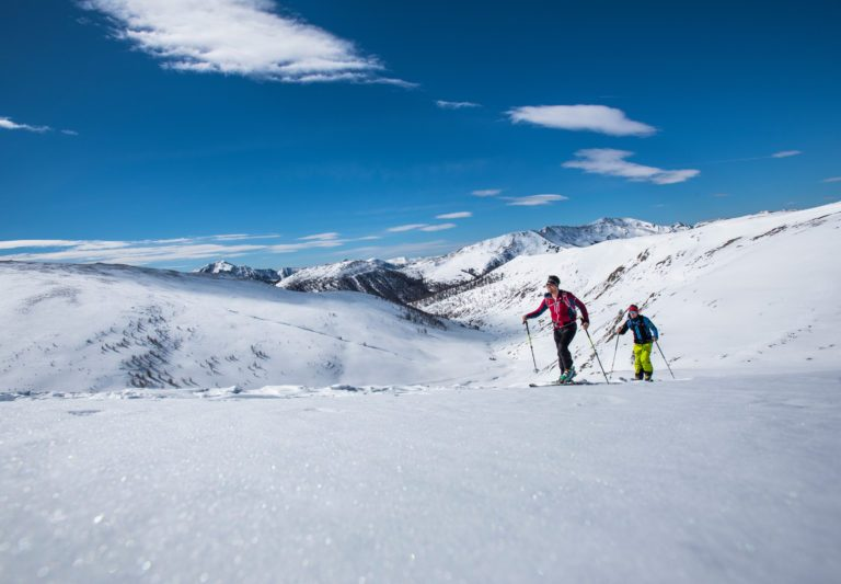 Skitourengeher bei der Nockberge-Trail Skidurchquerung mit Blick auf die Nockberge