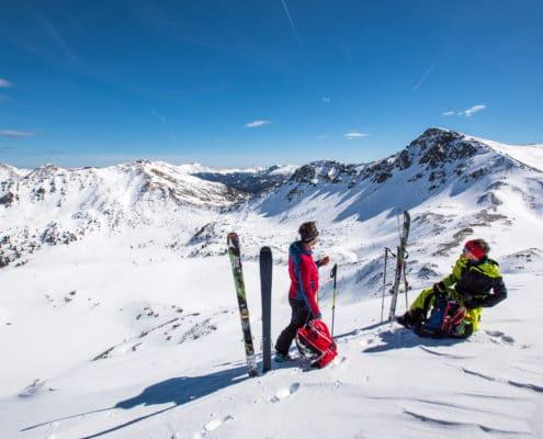 Skitourengeher beim Zwischenstopp auf der Nockberge-Trail Skidurchquerung