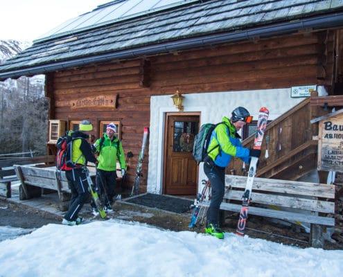 Skitourengeher beim Treffpunkt Lärchenhütte auf der Nockberge-Trail Skidurchquerung