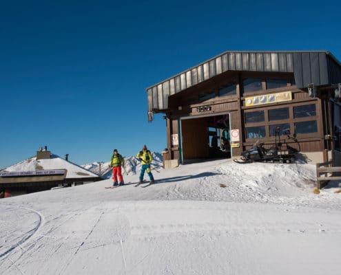 Skitourengeher beim Ausstieg aus der Bergstation Aineck