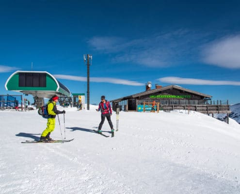 Skitourengeher vor der Bergstation Grünleitennock auf der Nockberge-Trail Skidurchquerung