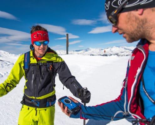Skitourengeher beim LVS-Check auf der Nockberge-Trail Skidurchquerung