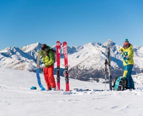 Skitourengeher beim Auffellen auf der Nockberge-Trail Skidurchquerung
