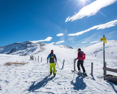 Skitourengeher nähe Grünleitenscharte auf der Nockberge-Trail Skidurchquerung mit Blick auf die Nockberge