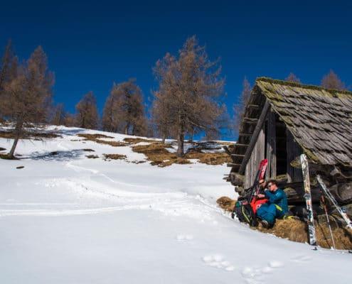 Skitourengeher bei einer Zwischenrast auf der Nockberge-Trail Skidurchquerung