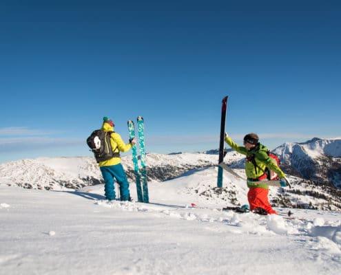 Skitourengeher beim Abfellen auf der Blutigen Alm auf der Nockberge-Trail Skidurchquerung