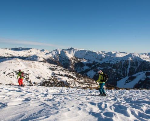Skitourengeher bei der Abfahrt nach Innerkrems auf der Nockberge-Trail Skidurchquerung