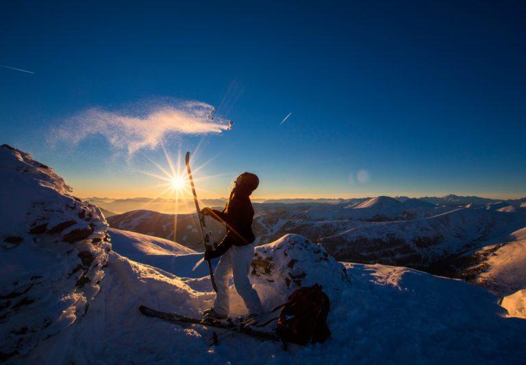 Skitourengeherin in der Abendsonne am Falkertspitz