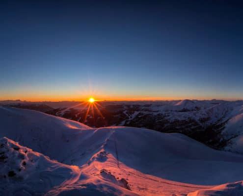 Herrlicher Sonnenuntergang vom Falkertspitz auf der Nockberge-Trail Skidurchquerung