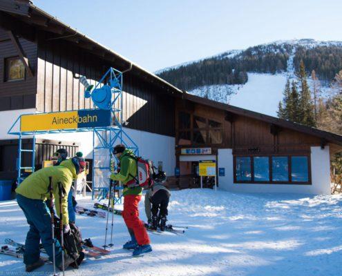 Skitourengeher beim Start bei der Aineckbahn auf der Nockberge-Trail Skidurchquerung