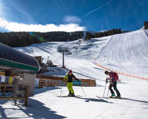 Skitourengeher beim Start bei der Grünleitennockbahn auf der Nockberge-Trail Skidurchquerung