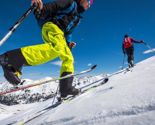 Skitourengeher bei der Spitzkehrentechnik auf der Nockberge-Trail Skidurchquerung