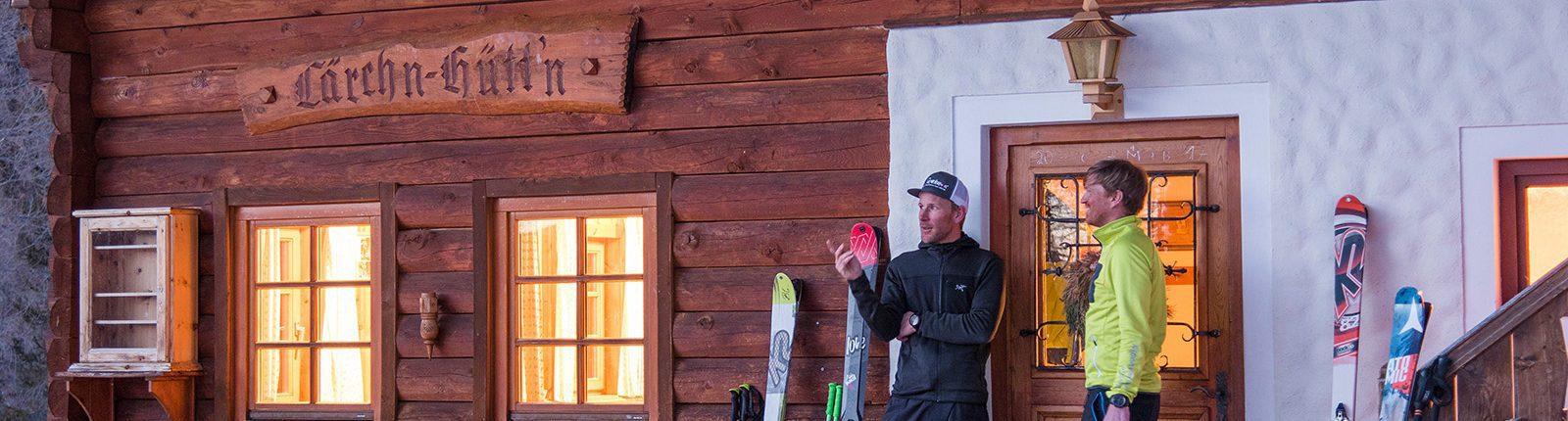 Skitourengeher vor der Lärchn-Hüttn auf der Nockberge-Trail Skidurchquerung
