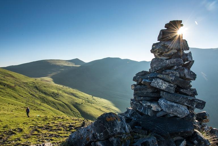 Steinmandl im Sonnenlicht am Nockberge-trail Wanderroute