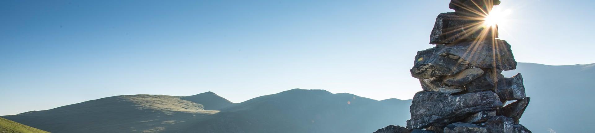 Steinmandl als Wegkennzeichnung an der Nockberge-Trail Wanderroute