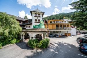 Hotel Gut Trattlerhof im Sommer